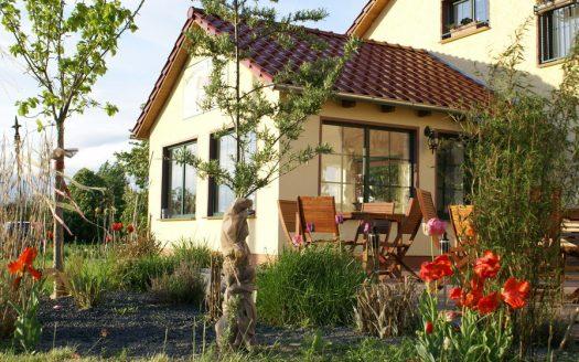 Familienurlaub mit Hund, Terasse, Stühle, Tische, Sitzgelegenheit, Blumen, Garten