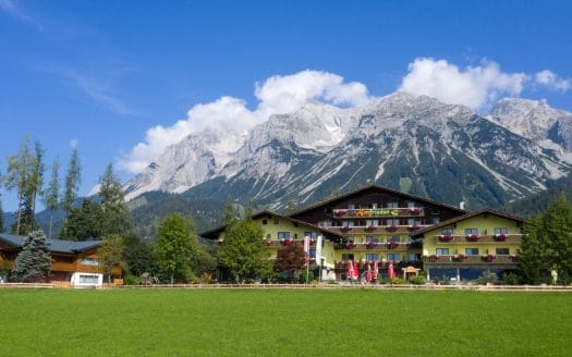 Außenansicht Hotel in den Bergen, Almfrieden, Sommerurlaub mit Hund in Österreich
