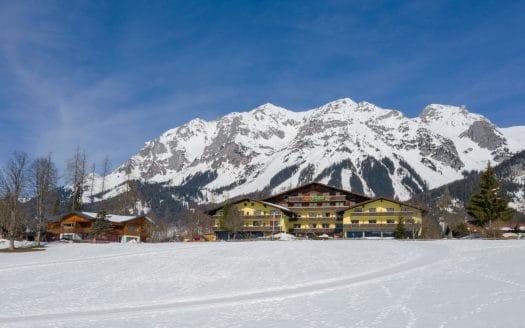 Außenansicht Hotel in den Bergen, Almfrieden, Winterurlaub mit Hund