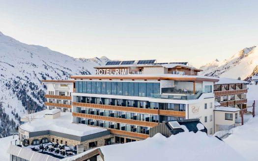 Winterurlaub mit Hund, Winter mit Hund, Hotel Riml, Hotel Riml Außenbereich, Hotel Riml Außenansicht, Wandern mit Hund, Ski fahren, Winterurlaub, Schnee, Alpen, Alpenpanorama