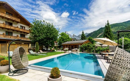 Pool, Außenbereich Wanderhotel Riederhof, Berge, Wald, Ausblick