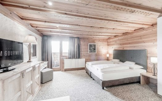 Holz, Zimmer, Modern, TV, Doppelbett, Balkon, Ausblick, Urlaub mit Hund
