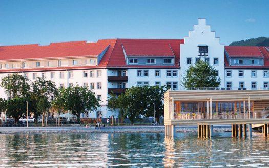SENTIDO Seehotel Am Kaiserstrand, Außenansicht Hotel und Badehaus am See, Bodensee, hundefreundliche Unterkunft in Vorarlberg