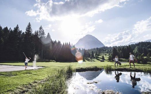 Golfanlage mit Teich im Sommer, Hotel Inntalerhof, Golfurlaub mit Hund in Österreich