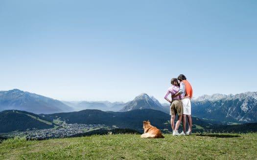 Pärchen mit Hund in den Bergern, wandern, Hotel Inntalerhof, Wanderurlaub mit Hund in Österreich