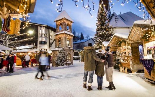 Adventmarkt, verschneites Dorf, Hotel Inntalerhof, Winterurlaub mit Hund