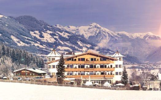 Außenansicht Panorama Hotel im Winter in den Bergen, Hotel Magdalena, Winterurlaub mit Hund in Österreich