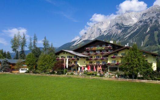 Außenansicht Hotel in den Bergen, Hotel Almfrieden Sommer 2020, Urlaub mit Hund in Österreich
