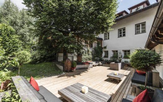 Außenansicht Hotel bei Sonnenschein, Hotel Strasserwirt, Urlaub mit Hund in Tirol